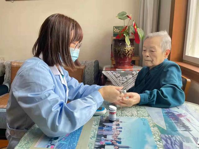 """老人不离家,也能得到养老院般的照护!  上海静安探索""""家庭养老床位"""",首批将建566张"""