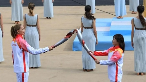 北京冬奥会火种在雅典成功交接,希腊华人和当地民众期待北京盛会