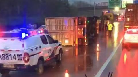 申嘉湖高速集卡侧翻,司机受轻伤