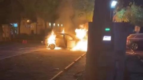 今天傍晚高平路一新能源充电站内车辆起火 幸无人员伤亡