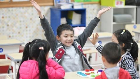 """""""加油""""""""我赢了""""""""再来一次""""……四点半后,小学校园飞出阵阵欢笑"""