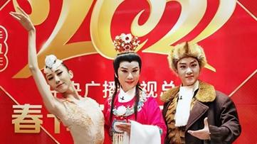 """2021央视春晚后台,宝哥哥、杨子荣、鹮仙拍下了一张""""上海定妆照"""""""