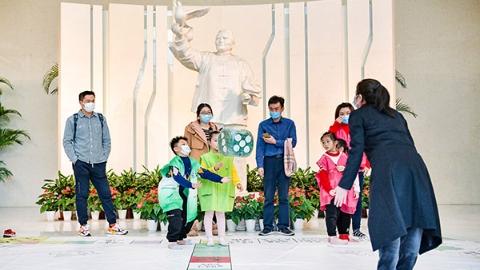 别样春节红 大年初三,在宋庆龄墓前献上一束花