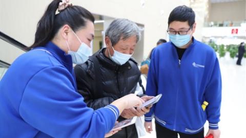老人不会用智能手机怎么办?记者走访部分社区、医院、食堂,直击适老化改造进行时!
