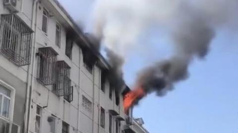 德州二村居民家中起火 九旬老人被消防队员救出