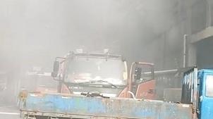 宝山区一废品站发生火灾 消防火速救援无人伤亡