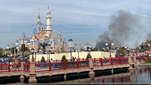 今天中午迪士尼乐园附近着火?实为川迪北河附近一处荒地起火