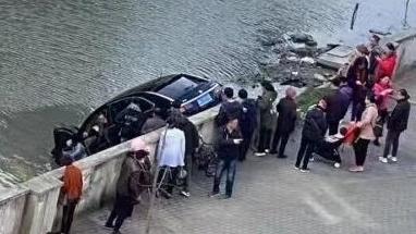今天上午一辆SUV栽进河道