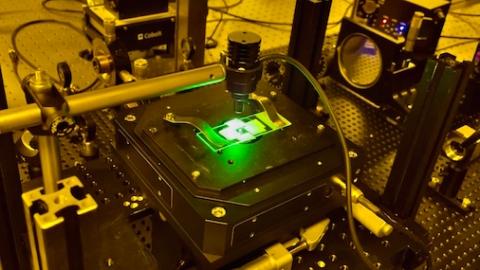 """一张光盘存下2.8万蓝光盘数据量!上理工团队追逐光刻""""极值""""发明纳米光学写入创新技术"""