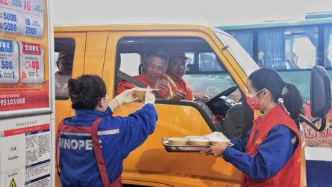 送碗汤圆温暖奔波路 加油站志愿者为司机送去佳节心意