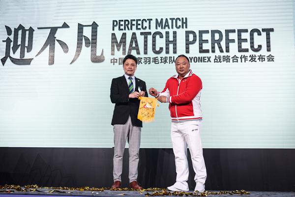 中国国家羽毛球队赠予YONEX尤尼克斯队员签名队旗_副本.jpg