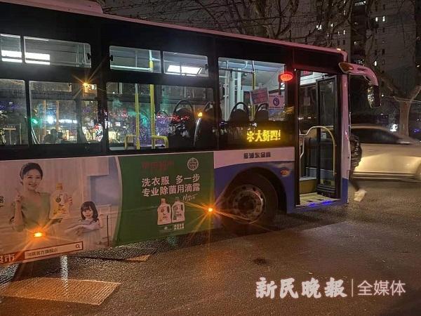 杨浦区控江路一公交车撞倒行人