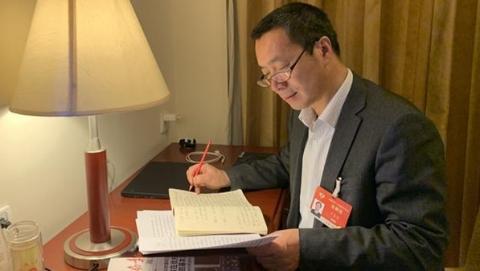 代表委员拍两会|挑灯整理参会笔记