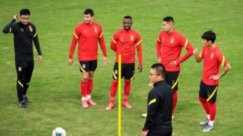 国足三月上海集训名单出炉 四名归化球员领衔