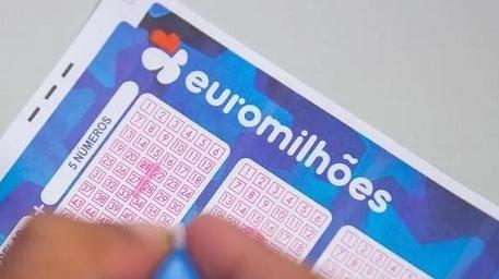 哭晕!英国一对小夫妇中了上亿彩票...结果却一无所获?