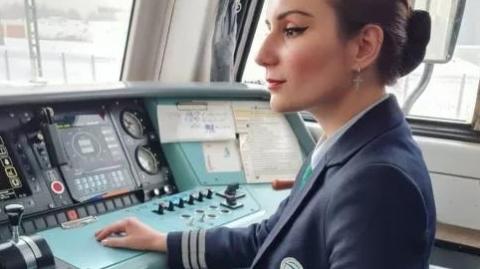 俄罗斯首位女火车司机:做有梦想的女性要勇敢追梦
