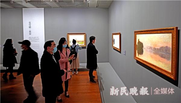 观众在观赏莫奈&印象派大师画展2-郭新洋.JPG