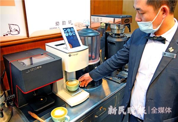 这台上博研制的咖啡拉花打印机在制作文物拉花咖啡-郭新洋_副本.jpg