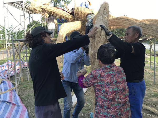 2020年,艺术家老羊在宝山罗泾乡村的《长江蟹》在当地村民们的参与下进行稻草体再次编织2_副本.jpg