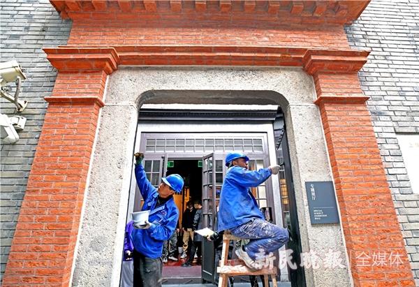 工作人员在油漆大门-郭新洋_副本.jpg