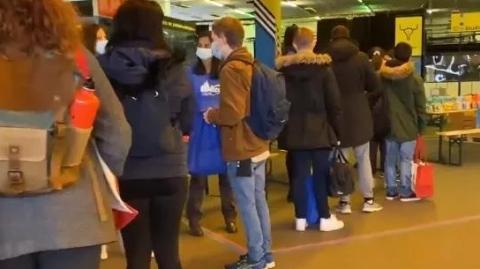 巴黎:数百名大学生处境艰难排队领救济食品