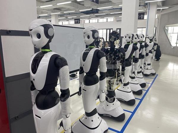 """""""云端大脑""""会学习 机器人排队""""上下班"""" 服务型机器人亮相上交会"""