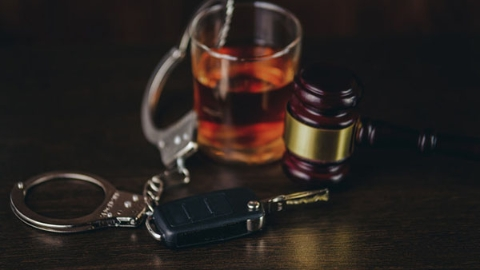 """这个集卡司机实在""""野豁豁"""":无证酒驾,为逃避处罚竟撞击警车连闯16个红灯"""