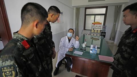 """专家医疗团提供现场咨询 军营开设""""临时诊室""""暖兵心"""