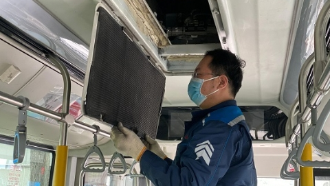 气温升高,公交公司开始车辆空调制冷保养