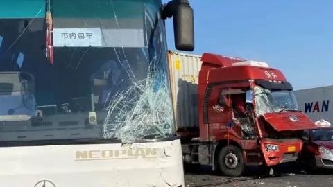 S2沪芦高速多车相撞 车辆不同程度受损