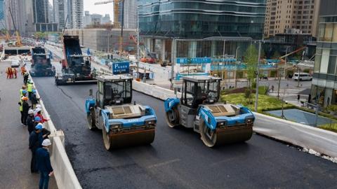 北横通道西段工程高架段今日奇观:无人驾驶摊铺沥青