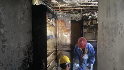 控江路一居民楼起火 居民爬落水管逃生
