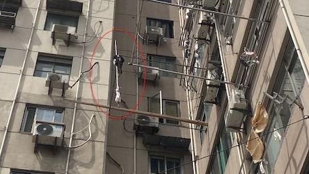 大风中,晾衣杆从9楼垂直掉落……