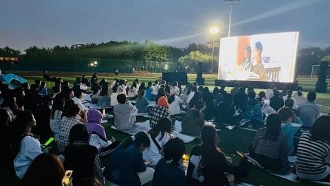 在星空下看红色电影 华政开展党史学习系列活动