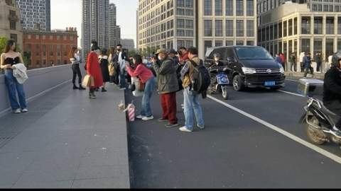 马路不是秀场!街拍占去半个桥面 开车人骑车人战战兢兢