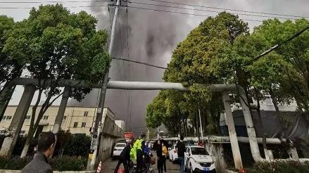 今天下午金山区林盛路一单位突发火灾 多辆消防车赶赴处置