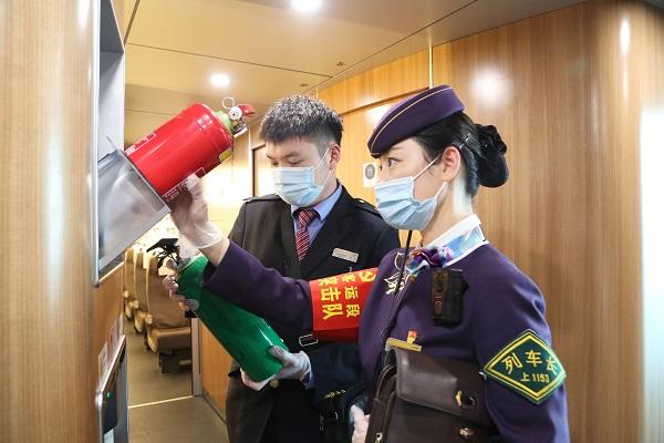 由合肥南开往北京南的G24次列车,始发前工作人员正在对列车设备设施性能进行全面检查(合肥客运段供图).jpg