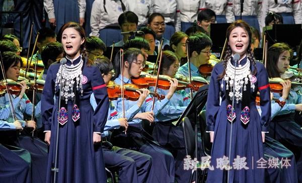 金瑶和陈阳在领唱《遵义会议放光辉》-郭新洋_副本.jpg