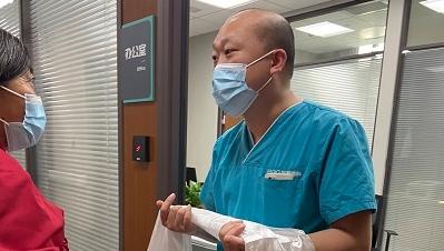 从迈不开步子到自由行走 这位千里求医的藏族患者说上海来对了......