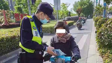 《上海市非机动车安全管理条例》实施首周,宝山这对民警搭档宣传有一套