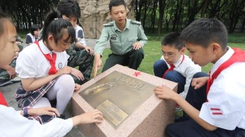 """全国首家""""红军足印纪念园""""上午在东方绿舟落成开园"""