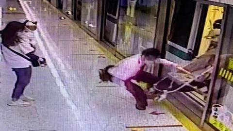 惊险!婴儿手推车卡在车厢和站台之间