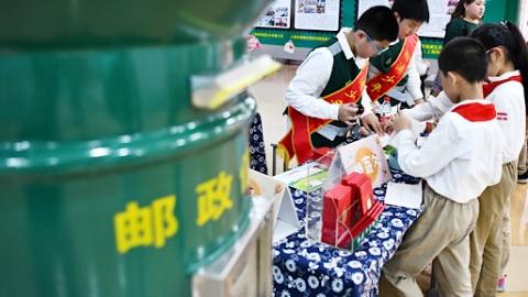 赏邮票学党史薪火传 杨浦少年邮局成立