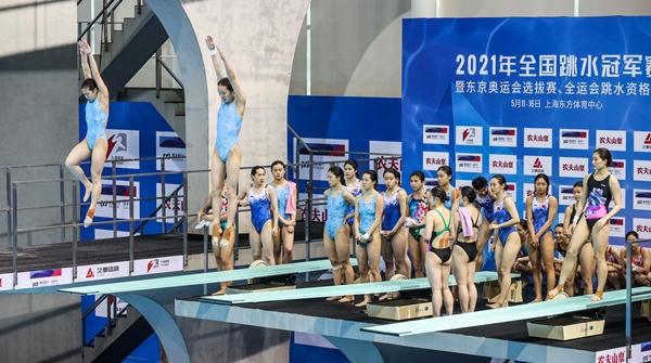 """全国跳水冠军赛的赛场里,为何传来一刻不停的""""咚咚""""声?"""
