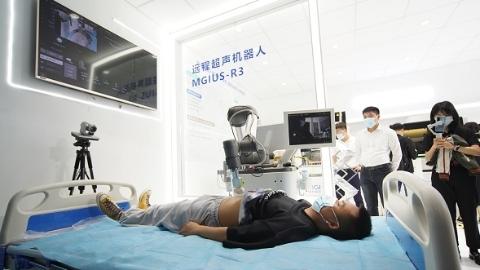 """打破时空限制 5G远程超声机器人移动车让诊疗服务""""近在咫尺"""""""
