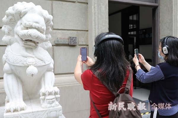 体验者阅读交大历史建筑 周馨摄.jpeg