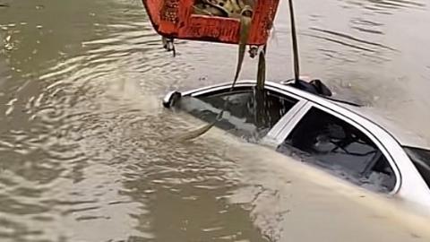 车内无人 轿车却冲入河道 车主事后才知晓