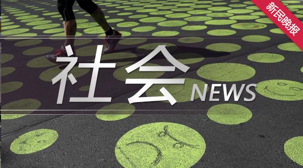 沪闵高架两车相撞 数十只车道隔离墩受损移位