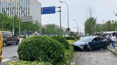 今天上午一私家车冲入非机动车道撞伤两名行人 伤者无生命危险