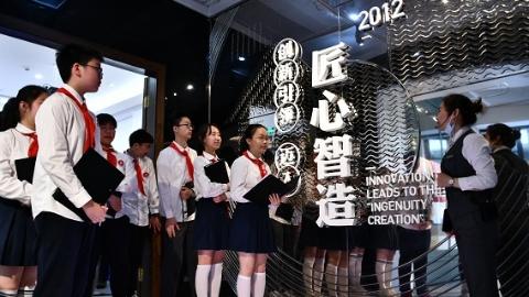 """古建筑脆弱如豆腐怎么移?搭""""天梯""""有何秘诀?一堂劳动教育课在上海工匠馆开讲"""